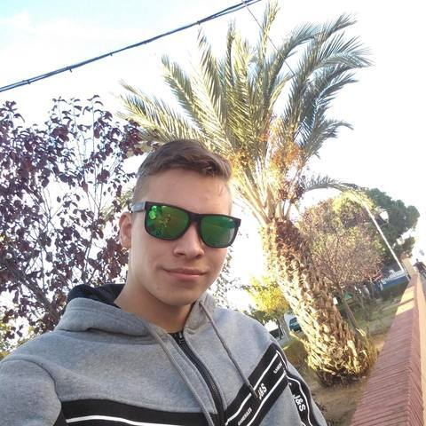 Bence, 18 éves társkereső férfi - Pácin