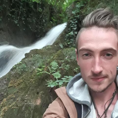 Viktor , 28 éves társkereső férfi - Nekézseny