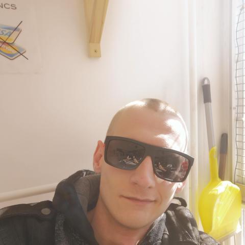Bence, 25 éves társkereső férfi - Nagyoroszi