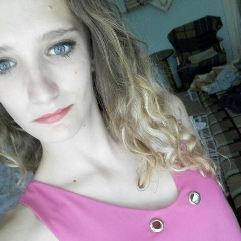 Eszter, 22 éves társkereső nő - Harc